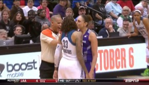 WNBA 試合中にキス