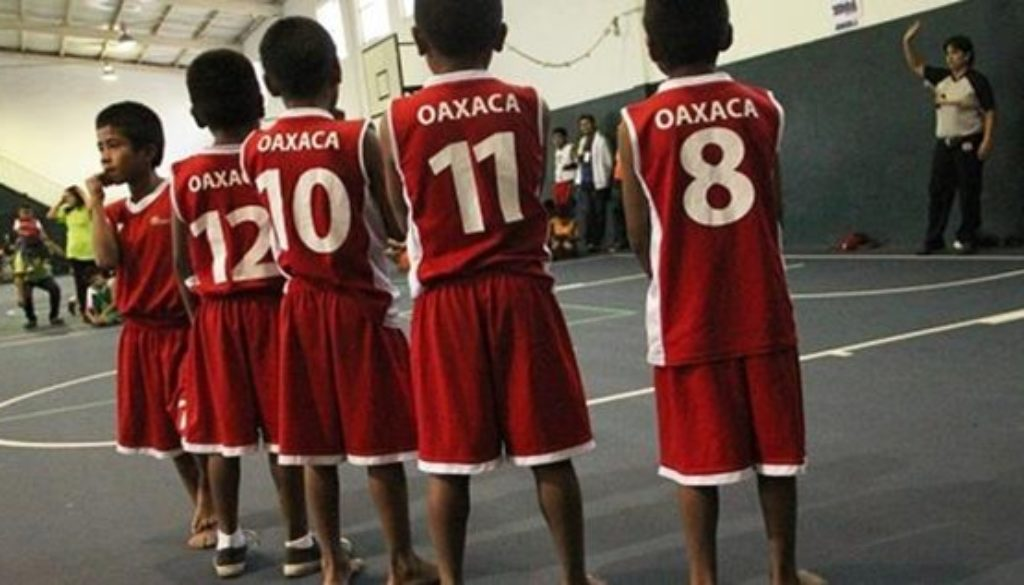 裸足の少年バスケチーム