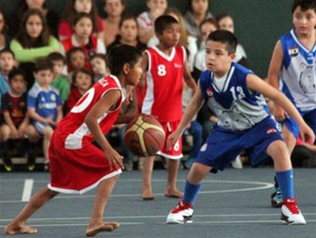 裸足の少年バスケチーム (2)