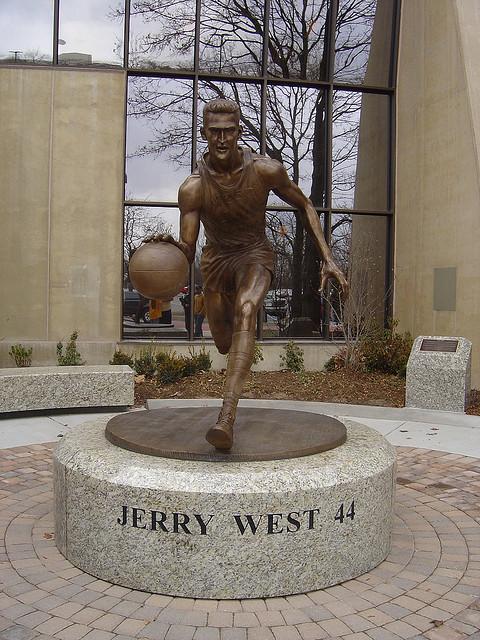 ジェリー・ウェスト像